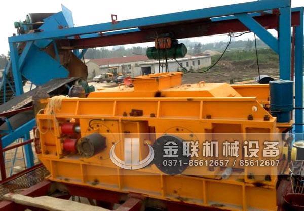 四川绵阳鹅卵石生产线现场-1210连轴对辊破碎机1