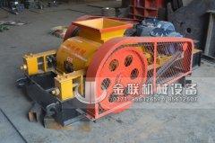 两台小型对辊破碎机和直线振动筛发往江苏南通处理硅石